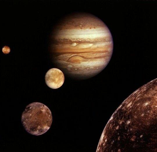 Luas galileanas As luas galileanas são as quatro maiores luas de Júpiter - Io, Europa, Ganimedes e Callisto. Eles foram vistos pela primeira vez por Galileo Galilei em janeiro de 1610 e reconhecido por ele como satélites de Júpiter em março de 1610. Eles são os primeiros objetos encontrados a orbitar em outro planeta. Seus nomes derivam dos amantes de Zeus. Eles são os primeiros objetos encontrados a orbitar em outro planeta. Seus nomes derivam dos amantes de Zeus.