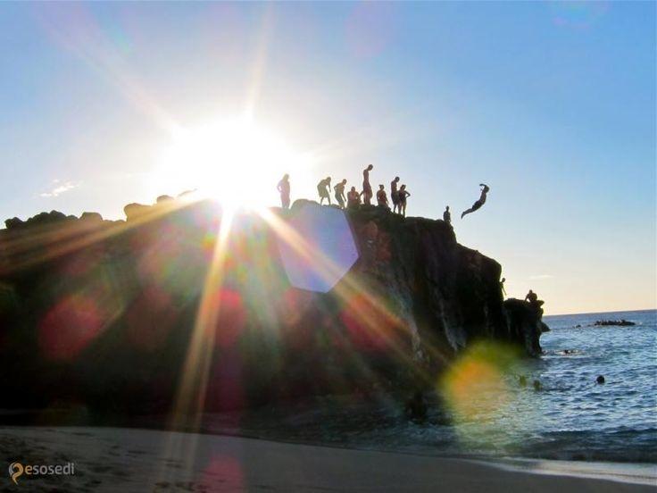 Пляж залива Уэймея – #Соединённые_Штаты_Америки #Штат_Гавайи (#US_HI) Waimea Bay - здесь встречаются шикарный песчаный пляж и самые головокружительные океанские волны!  ↳ http://ru.esosedi.org/US/HI/1000189214/plyazh_zaliva_uyeymeya/