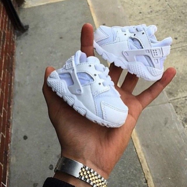 Get the little ones fresh for summer! Triple white Huaraches ⚪️⚪️⚪️