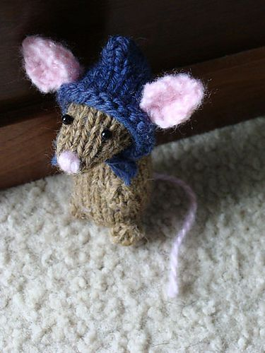 Holiday mice.....free pattern set of 3 little mice. This is knittingFern's tiny Christmas mice.