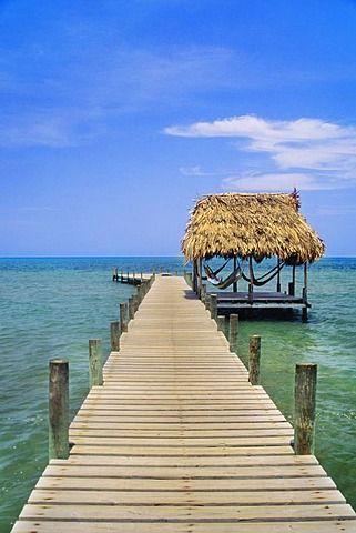 Embarcadero y hamacas, Pelican Beach Resort, Dangriga, Belice