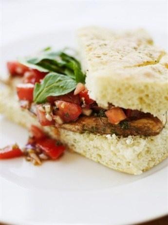 Сэндвич с козьим сыром, авокадо и копченой индейкой на ореховом хлебе