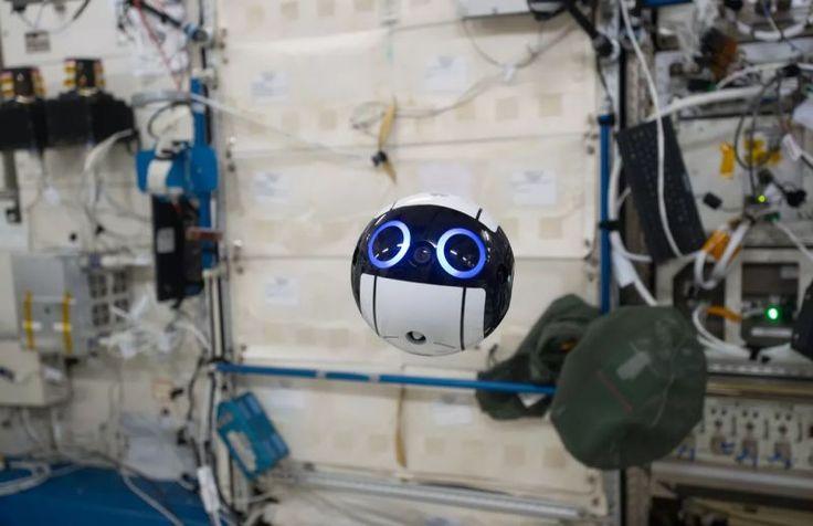❝ Esta pelotita adorable es el nuevo dron cámara a control remoto de la Estación Espacial Internacional ❞ ↪ Vía: proZesa