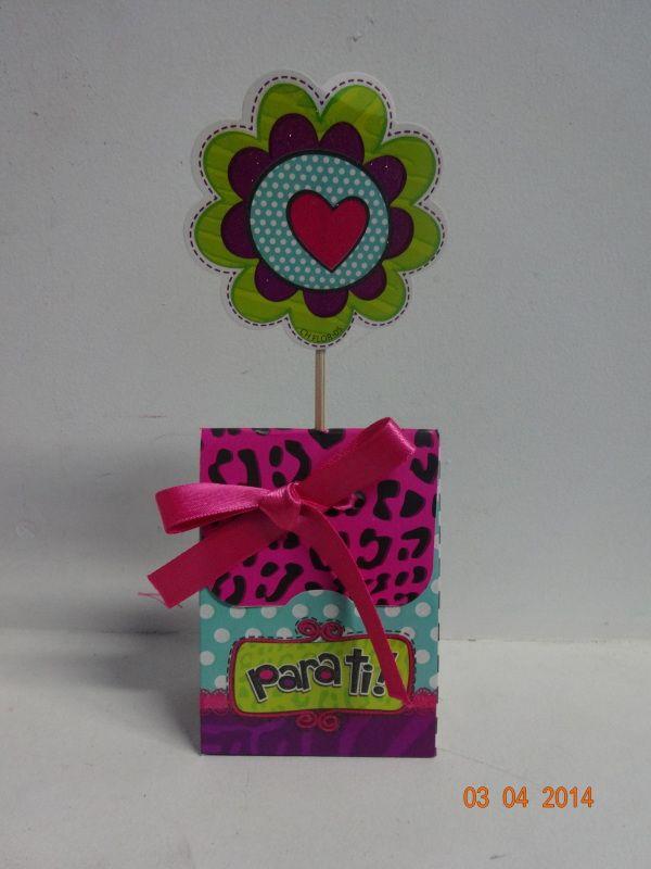 Estuche de chocolates con aplique de flor. #ChocolatesParaRegalarArmenia #EstuchesDeChocolatesPereira