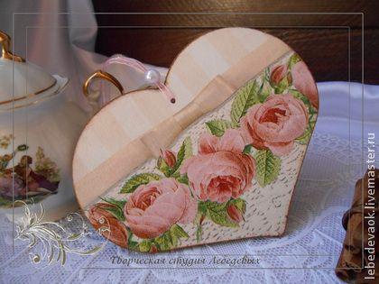 валентинка подвеска сердечко декупаж в ассортименте. Расскажите о своих чувствах, подарив валентинку-сердечко ручной работы. Эта подвеска выполнена в технике декупаж, основа - из дерева.    В отличие от фабричных валентинок, которыми сейчас заполнены все магазины, это…