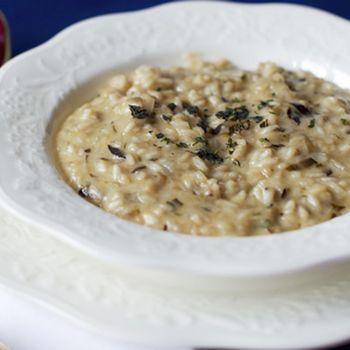 Il risotto al radicchio rosso di Treviso, fonduta e erbette, preparato con il riso Autentico Carnaroli della Riserva San Massimo è un piatto veloce e buono.