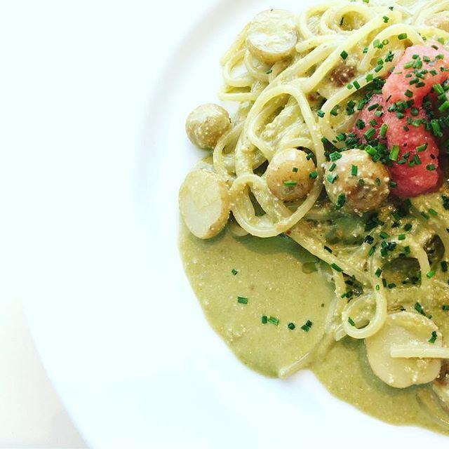 ・ Today's Pasta! たらことベビーポテトのケールジェノベーゼ ・ バジルを使わず、ケール・小松菜・チンゲン菜を使用したジェノベーゼ! たらこのつぶつぶと塩味がアクセントになっていて◎ トッピングの鹿児島県産ベビーポテトもおいしいです! ・ また、小松菜とチンゲン菜は当店のスタッフが有機栽培で作りました! ぜひお試しください^^ ・ また、本日はディナー貸切の為、ランチのみの営業となります! みなさまのご来店をお待ちしてます! ・ * #omk_nagoya #cosmekitchenjuicery  #名古屋PARCO #オーガニック #ワイン #パスタ #バーガー #肉 #サラダビュッフェ #野菜 #毎日の生活に自然と体にいいものを取り入れてほしい #mouthfulofgoodness #名古屋 #栄 #矢場町 #ランチ #カフェ #ディナー #貸切 #婚礼 #二次会