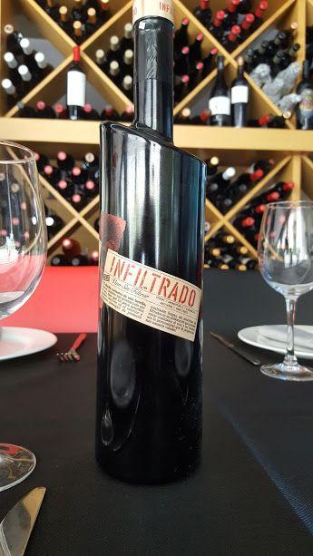 Vamos a conocer Infiltrado, un vino tinto joven de Jumilla, sin filtrar, lo que permite degustar todos los sabores y aromas del vino intactos.