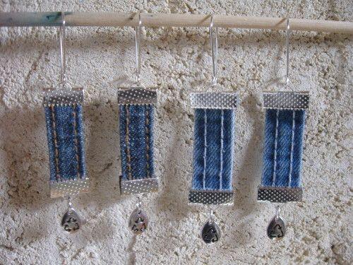petit chantier : 2 paires de boucles d'oreilles avec des passants en jean recyclés, les plus foncées mesurent un peu plus de 5 cms de hauteur depuis le bas du support les plus claires : un peu plus de 6 cms disponibles 4 euros la paire + fdp (tarif lettre...