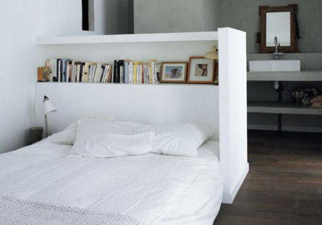 De slaapkamer must-have voor elk studio appartement - Roomed | roomed.nl  Musthave bedroom furniture: a headboard, roomdivider and bookcase in one!