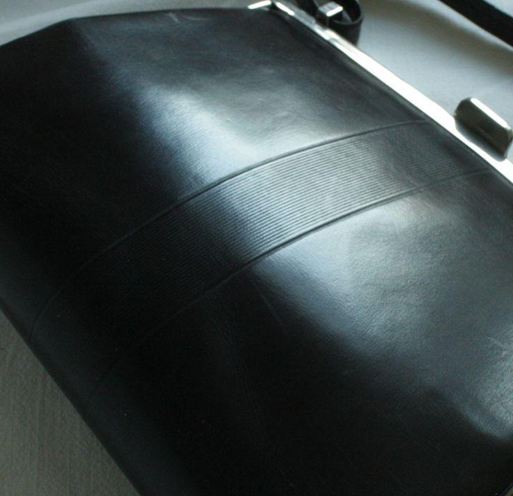 Kabelka paní radové -kvalitní elegance 1.republiky Dámská prvorepubliková kabelka z lakované hnědé hladké kůže. Kabelka má uzavírání kovovým rámem chromové barvy. Samotné zapínání je malým uměleckým dílkem - rámeček je lehce do oblouku, úchyty na držadlo jsou hranaté, jsou ze silného kovového pásku a mají obdélníkový tvar. Tělo kabelky je vzazeno do ...