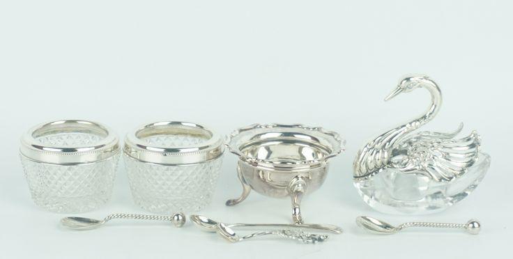 Een kavel diverse zilveren en kristallen zoutvaatjes, 1 in de vorm van een zwaan, 2 ruitgeslepen met zilveren monturen en een zilveren op pootjes