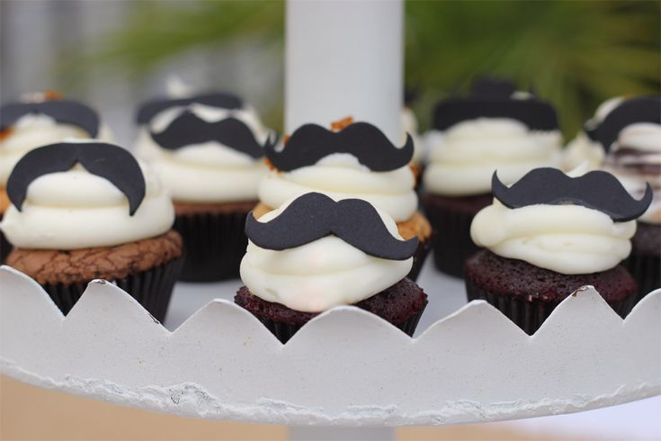 Mini-Cupcakes with Mustache Fondant Toppers