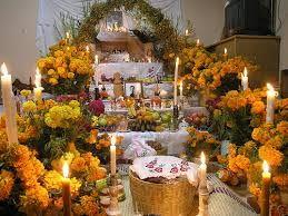 La mayoría de la población participe en estas vacaciones increíble. Las personas participan en el Día de los Muertos , poniendo artículos en tumbas como dulces, comida , flores , bebidas a sus seres queridos favoritos, y para los niños , juguetes .