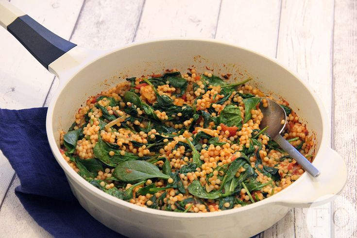 Orzo met spinazie-tomatensaus en truffelkaas