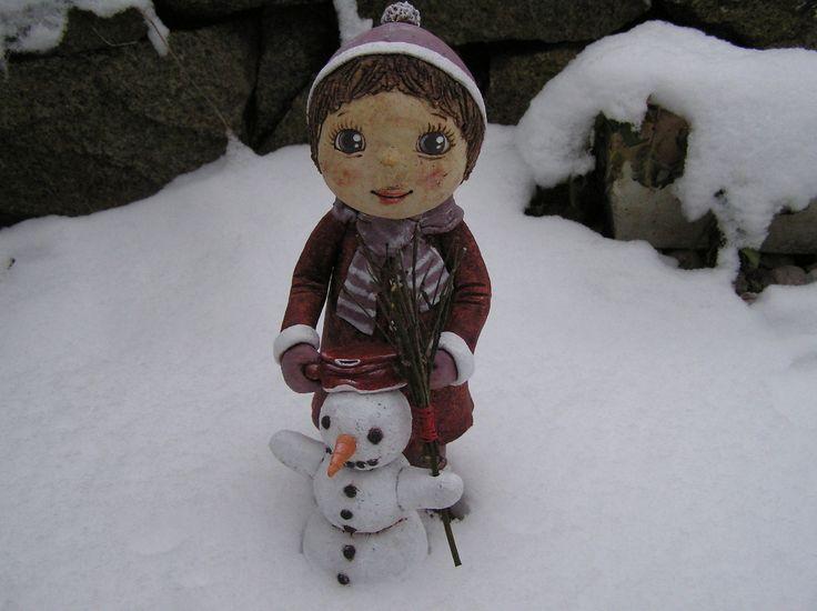 Holčička+se+sněhulákem+(na+objednávku)+...+Sošky+mohou+stát+i+odděleně,+jako+že+holčička+se+teprve+chystá+nasadit+sněhulákovi+hrnec.