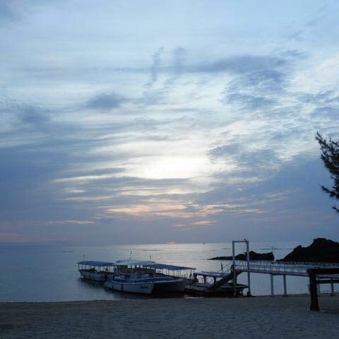 【seragakipink】さんのInstagramをピンしています。 《#沖縄 #okinawa #恩納 #恩納村 #名嘉真 #砂浜 #ビーチ #船 #夕暮れ #海 #青 #blue #sea #ocean #かりゆしビーチリゾート #スパリゾートエグゼス #沖縄移住生活 #pastsummer #無加工》