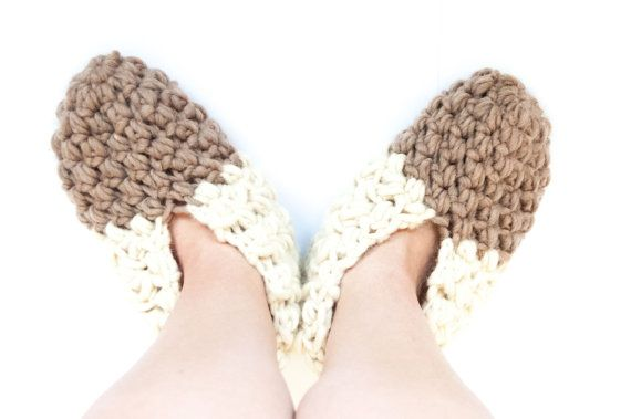 The Cozy Slippers - unisex slippers crochet pattern. Slippers crochet pattern for men & women. Skille level easy. You will need wool yarn & crochet hook. Perfect gift & will keep your feet warm all winter DIY. Slippers crochet pattern for her | woman's crochet pattern | men's crochet pattern | adult crochet pattern | quick crochet pattern | 1 hour crochet pattern. Click to purchase or repin to save it forever.