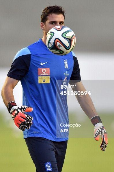 Fotografia de notícias : Greece's goalkeeper Orestis Karnezis takes part...