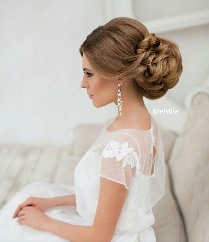 Morbida acconciatura da sposa per capelli ondulati e fiori.