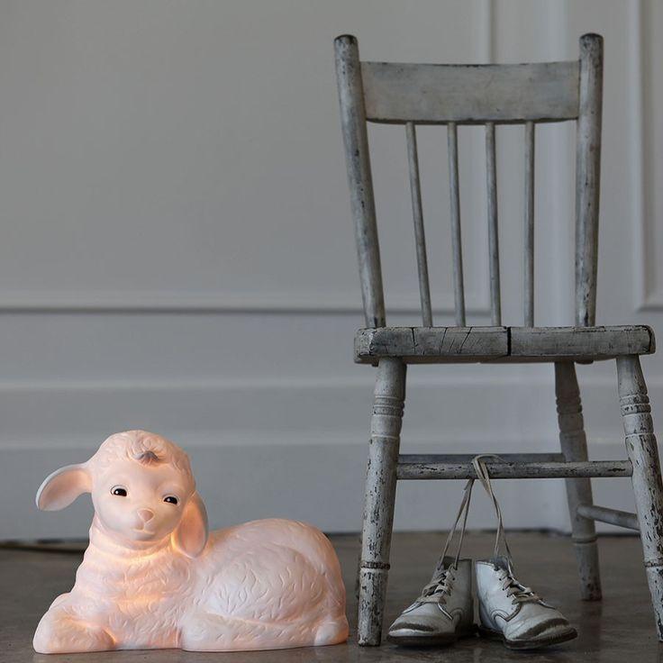 Heico Lampe Lamby - Lamby lam er så søt som sukkertøy og vil kunne glede ditt barn både dag og natt. Lampen fra Heico vil være et vakkert dekorelement på dagtid og på natten vil den være en fin og praktisk nattlampe for barn som trenger litt lys for å kunne sove. Lammet gir en varm glød og passer både som gulvlampe og som bordlampe.