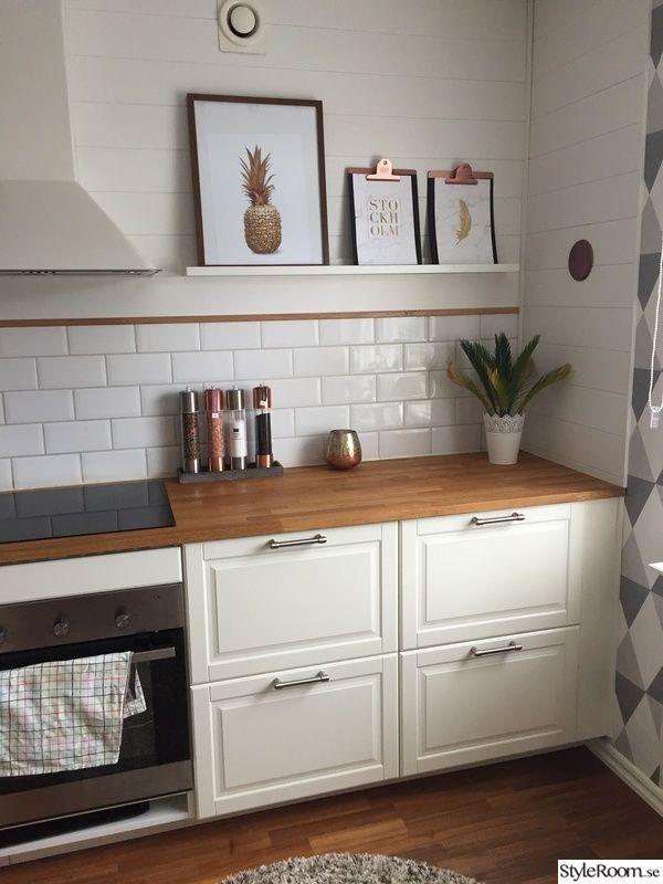 IKEA BODBY törtfehér konyha fa munkapulttal. a fal pedig színes