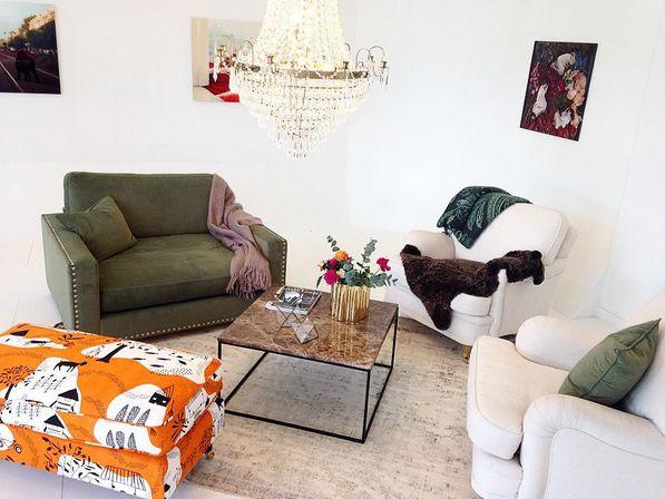 Grön Valen sammetsfåtölj loveseat, brunt Jaguaren marmorbord, orange mönstrad Livstycket howard fotpall, vintagematta, kristallkrona, plexiglastavlor. Möbler, inredning, vardagsrum, sammetsmöbler, sammet, fåtölj, matta, vintage, marmor, soffbord, pall, mohair, pläd, filt, ull, fårskinn, nitar, mässing. http://sweef.se/