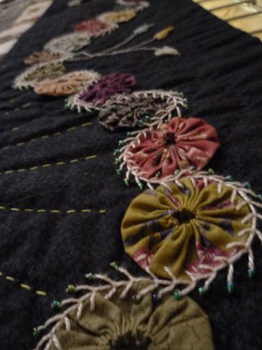 What a cool idea for a quilt border.Embellishments Ideas, Yo Yo Quilt, Crazy Quilt Stitches, Quilt Border Ideas, Embroidered Wool Quilt, Appliqued Quilt Borders, Cool Ideas, Crazy Quilting Ideas, Vintage Crazy Quilting
