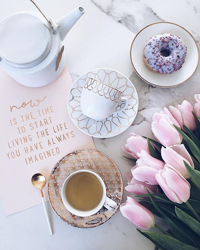 Life is like a cup of tea. It's all in how you make it! ✌🏻 . Jestem sroka, uwielbiam złoto ✨🙈 (Zresztą podobno to mój kolor, a jestem rasowym - czytaj zodiakalnym - lwem!) Dlatego zakochałam się w złotych filiżankach od @vola_art_of_deco, które znalazłam na @westwingpl!✌🏻 A w ogóle sprawdzają Wam się horoskopy? Bo jak ktoś mnie nie zna, to niech przeczyta wszystko o lwie i już jakby mnie znał 😂✋🏻 Miłego wieczoru kochani! Odpoczywacie, czy imprezujecie!? 💃🏼…