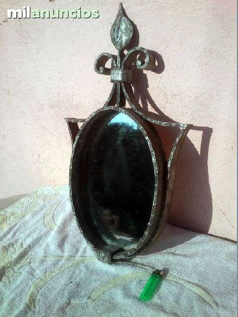 Espejo de hierro antiguo Gótico, en perfectas condiciones con cristal labrado muy bonito i antiguo. Dimensiones: altura 60cm, largo 50cm, ancho 9cm. Peso: 4, 5 kg