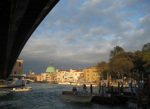 Pod mostem w Wenecji