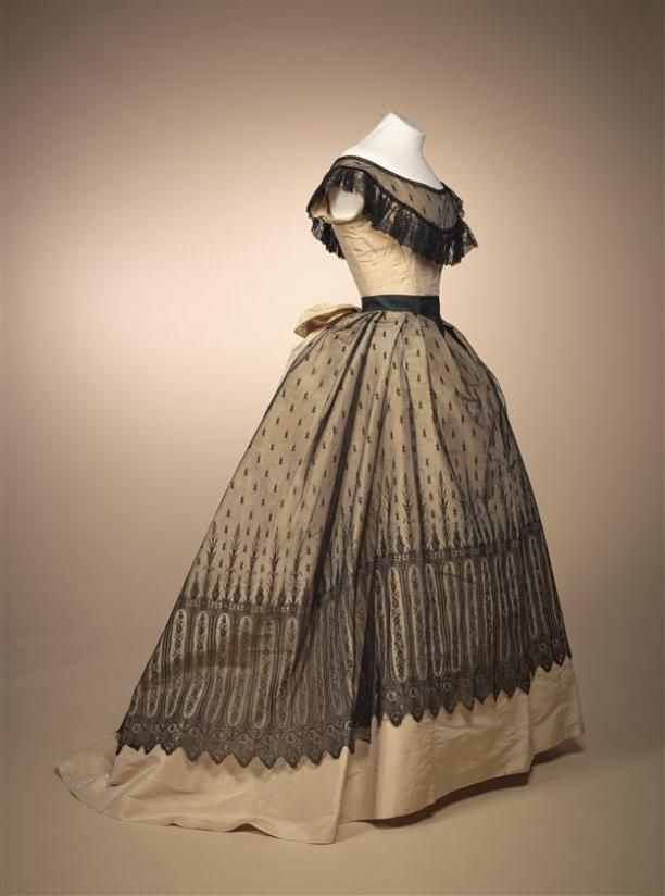 """Evening gown, """"robe de bal ', consisting of bodice and skirt with loose ceintuurdraperie of champagne-colored silk..circa 1868"""