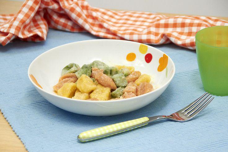 La ricetta degli gnocchetti tricolore, un primo che piace molto ai bambini, con le patate, lo zafferano, gli spinaci e il pomodoro.