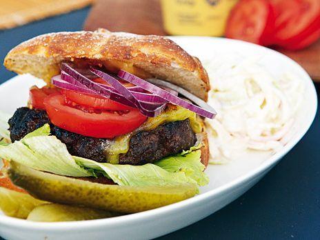 En hamburgare smaksatt med worcestershiresås eller konjak, serveras med hembakt bröd och härliga tillbehör, bland annat en krämig coleslaw.
