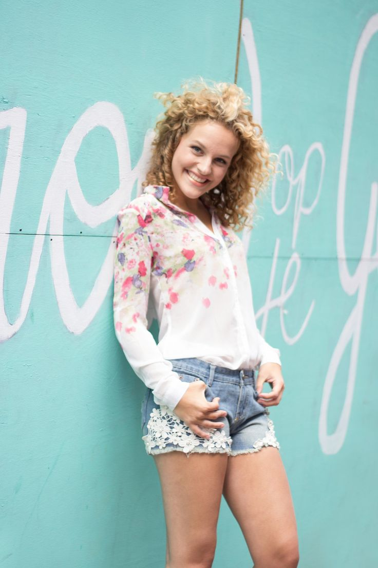 Shop deze outfit op www.miss-p.nl, gratis verzending. Bloemen blouse en jean shorts met kant.