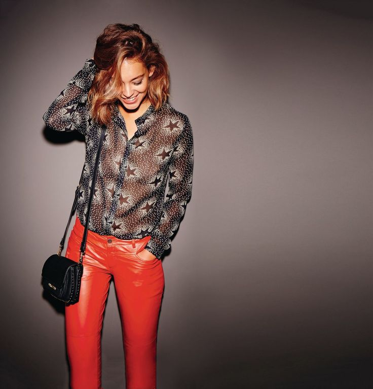Schmal geschnittene Lederhose in Gute-Laune-Rot. Im klassischen Five-Pocket-Stil. #rot #lederhose