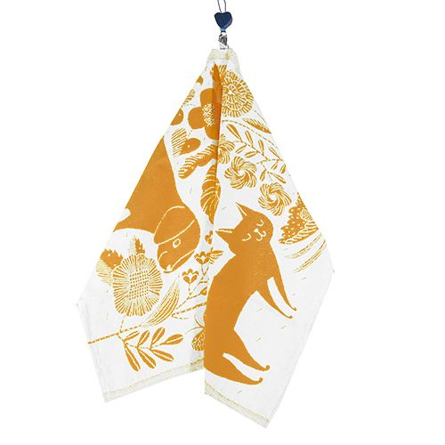 The two most popular pets prance around in a garden on the Lapuan Kankurit Koira Ja Kissa (Dogs and Cats) Cloudberry Tea Towel, sure to delight canine and feline fanatics alike. Whether you use it to d