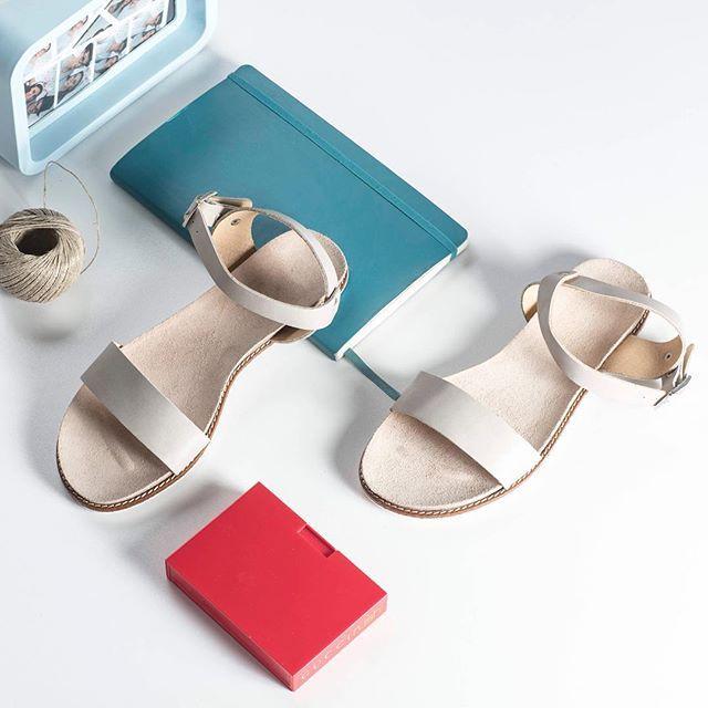 Uniwersalny krój i ponadczasowy kolor sprawdzą się na każdą okazję! 🔎:D340-L-6 #shoes #lankars #lankarsshoes #sandals #grey #classic #minimalism #summer #leather #flatlay #lanckorona #cracow
