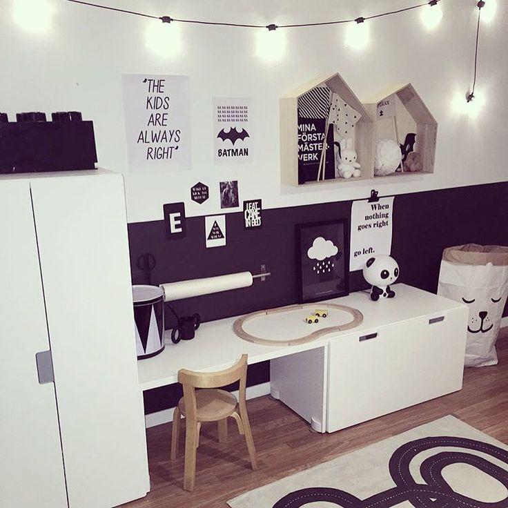 Barnrum garderob med skrivbord.