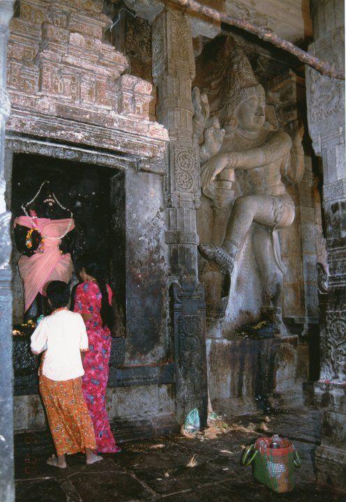 India meridionale, Tamil Nadu 1996, Tanjavur, devoti presso il tempio di Shiva