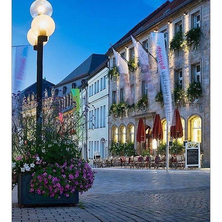 Erneut ein wunderbares Bild von @katrin_taepke aufgenommen vor dem Goldenen Anker einem traditionsreichen Hotel in #Bayreuth.  #walkofwagner #bayreutherfestspiele #richardwagner #hotel #visitbavaria #oberfranken