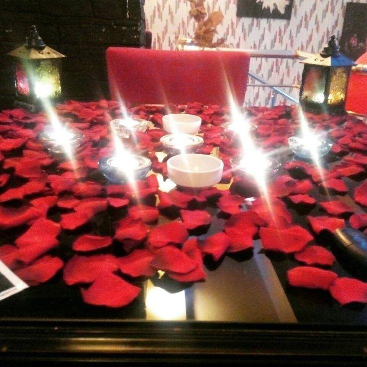 Gül yaprakları ve mumlarla süslenen romantik masamız.