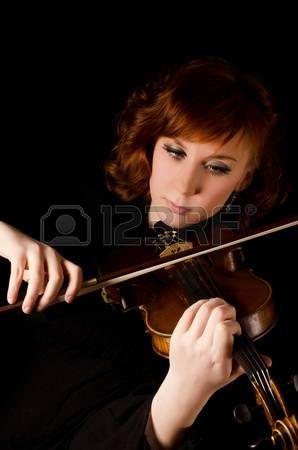 La hermosa mujer toca el viol�n en negro photo