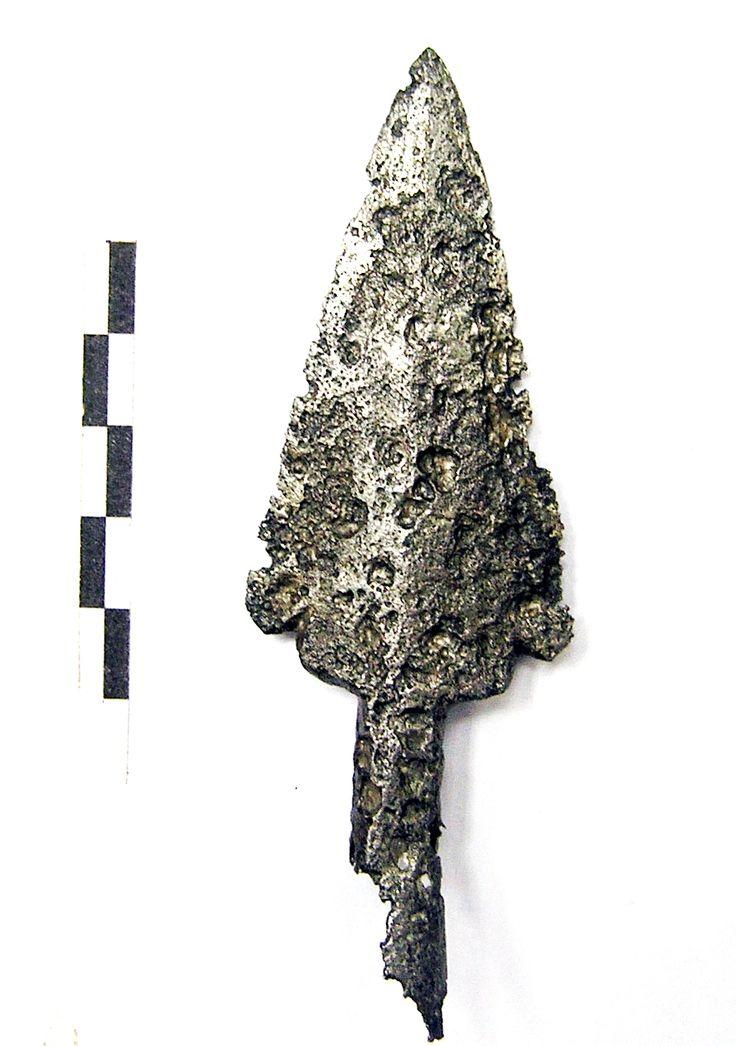 Żelazny grot włóczni, z XVI-XVII w. Odkryty został na terenie dworu rycerskiego w Jankowie Dolnym. Charakteryzuje się drobnymi małymi wolutkami umieszczonymi na dolnej części liścia. Prawdopodobnie funkcjonował jako element paradnej włóczni, pierwotnie osadzony był na długim drzewcu. Być może zdobił również ściany rycerskiego dworu.