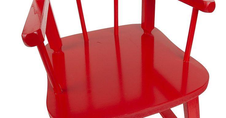 Cómo pintar de un color diferente los muebles de madera que ya tienen un acabado. Los muebles bien hechos pueden durar siglos, siempre que se les dé un acabado adecuado. Incluso los muebles de madera pintados de un color oscuro pueden ser rescatados sin la molestia de tener que quitarles el acabado viejo. Usa pintura de esmalte a base de aceite, la que se seca dejando una superficie mucho más dura que las pinturas de látex a ...
