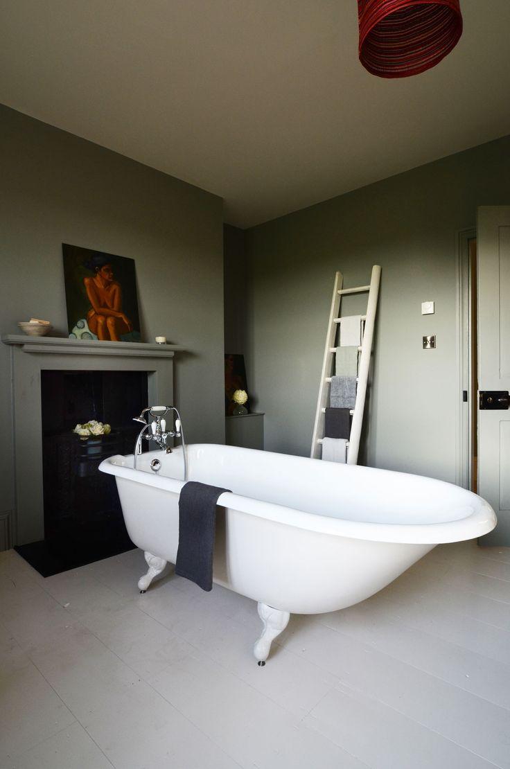 Das Model Glasgow ist ein echter Klassiker unter den Gusseisen Badewannen. Das traditionelle Erscheinungsbild der #Badewanne gibt Ihrem Badezimmer ein einzigartiges und klassisches Ambiente. Die Badewanne garantiert einen ausgiebigen Badegenuss und eine langanhaltende Entspannung. Sie besitzt einen integrierten Überlauf und kann mit oder ohne Wannenrandbohrungen für die Armatur bestellt werden. http://www.baedermax.ch/freistehende-badewannen/guss/glasgow-92ci.html