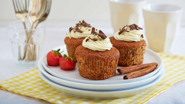 Prøv saftige og gode hjemmelagde bananmuffins med biter av hakket sjokolade. Perfekt måte å få brukt opp bananer som er blitt overmodne! Muffinsene egner seg godt til å fryse ned, så vurder å lage dobbel porsjon av denne røren som i utgangspunktet gir deg ca 12 muffins.