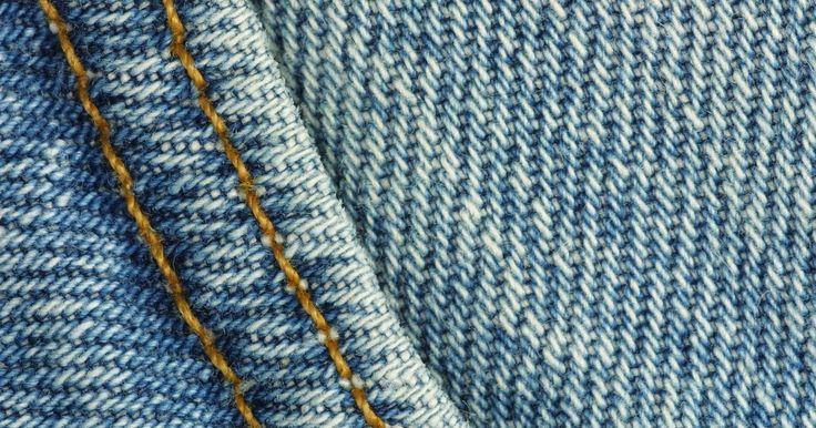 Como fazer um tapete felpudo de jeans. Tapetes felpudos oferecem um local macio e fofo para descansar os pés e são uma ótima peça de decoração para um cômodo. Se você adora o visual de jeans puído, pode transformar jeans antigos em uma tapete felpudo com apenas mais alguns elementos. Até um iniciante pode fazer um tapete felpudo de jeans pois, uma vez que aprende os nós básicos, ...