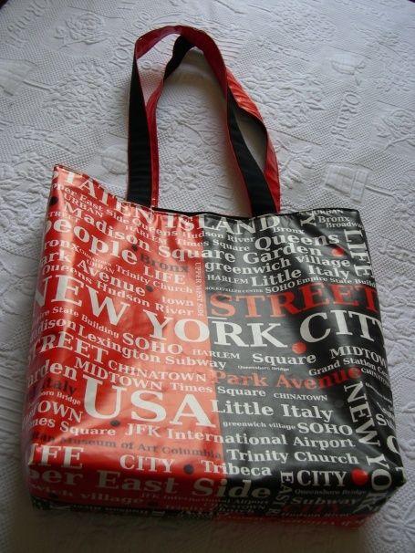 New York, New York! Sac en toile cirée imprimée New York City. De Grande taille, il peut servir de sac à main, de sac week-end ou pour transporter un ordinateur. Fermoir magnétique. Doublure coloris assorti. Fond rigide. Une petite Poche et une grande...