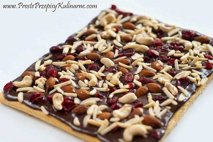 Mazurek kajmakowo czekoladowy z bakaliami. Przepis: http://www.prosteprzepisykulinarne.com/2012/04/mazurek-wielkanocny.html